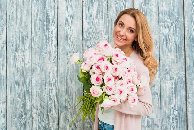 バラの花束を浮かべて女性