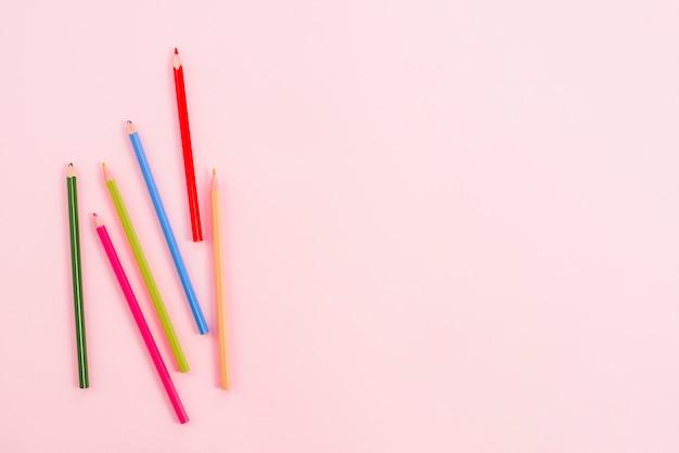 テーブルの上に散らばって明るい鉛筆