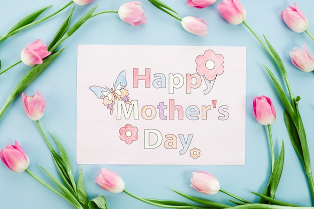 幸せな母の日ピンクのチューリップと紙の上に描画