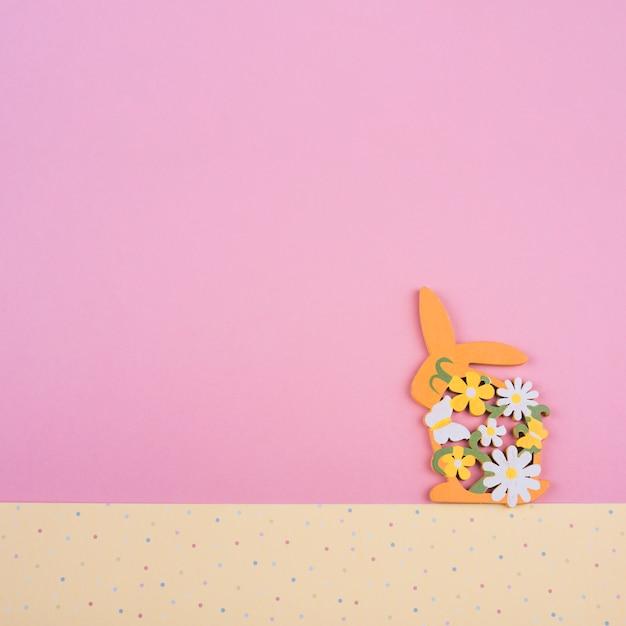 Деревянный кролик с цветами на столе