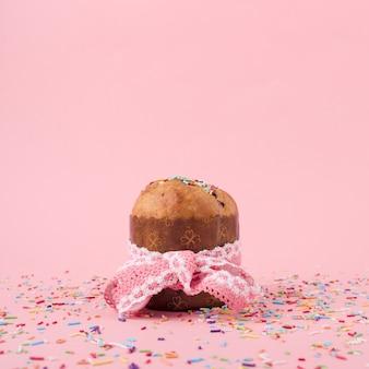 テーブルの上の振りかけるとイースターケーキ