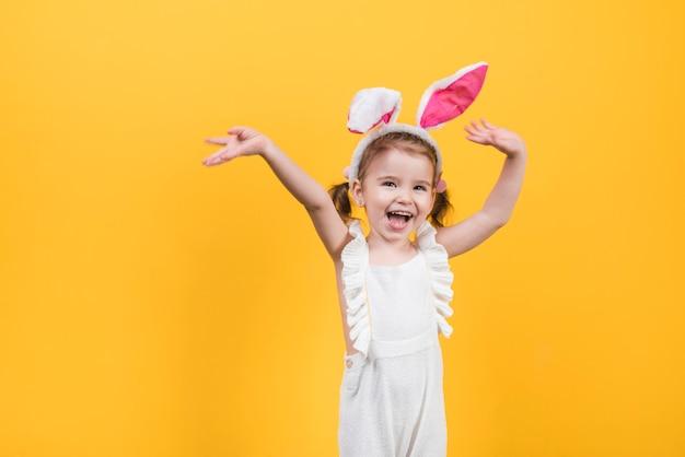 Счастливая милая девушка в ушах зайчика