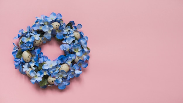 花と卵から作られた花輪