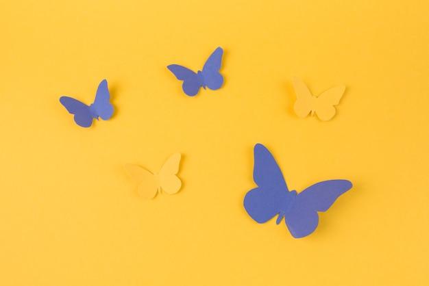 紙の蝶がテーブルの上に散らばって