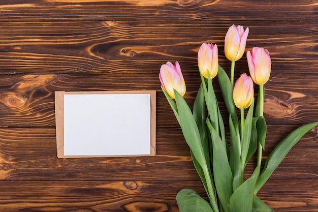 チューリップの花束とフレームの手紙