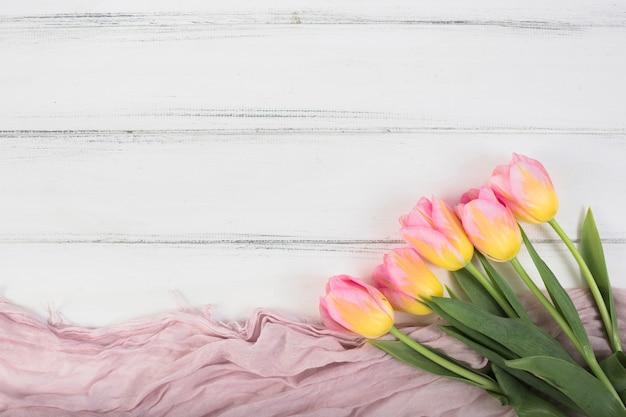 Разноцветные тюльпаны на платке