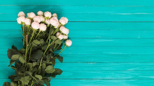 緑色の背景で白いバラの花束