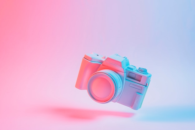 Головоломка куб, плавающий с тенью на розовом фоне