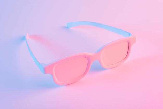 ピンクの背景に対して塗られた眼鏡