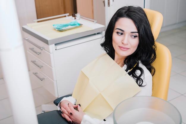 歯科医院に座っている患者