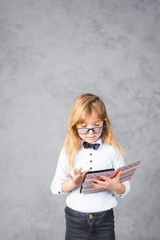 タブレットを使用してメガネの小さな女の子