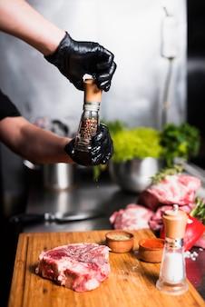 ボード上のコショウの肉を調理