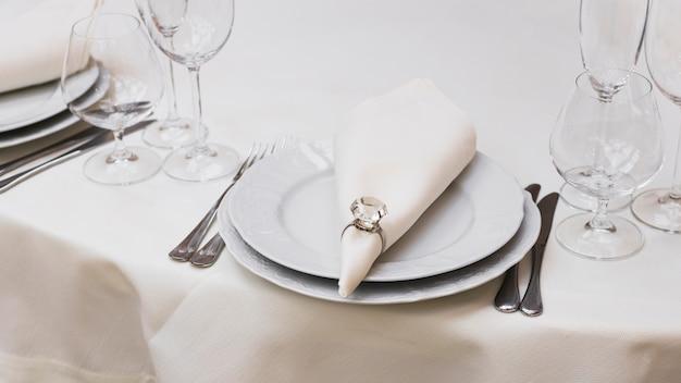 Сервированный обеденный стол в ресторане