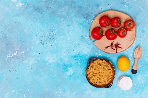 フジッリパスタを調理するための健康的な成分のオーバーヘッドビュー