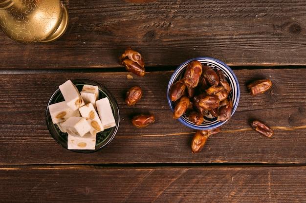 トルコ菓子のボウルにフルーツの日付