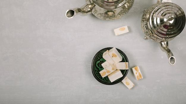 テーブルの上のティーポットとトルコ菓子