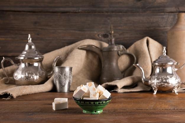 木製のテーブルの上のティーポットとトルコ菓子