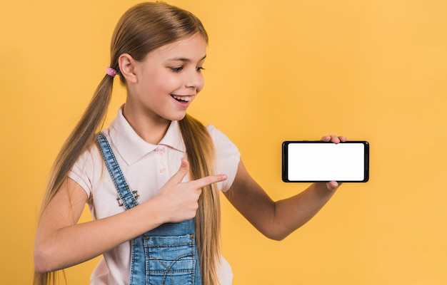 白い画面表示と携帯電話で何かを見せて幸せな女の子