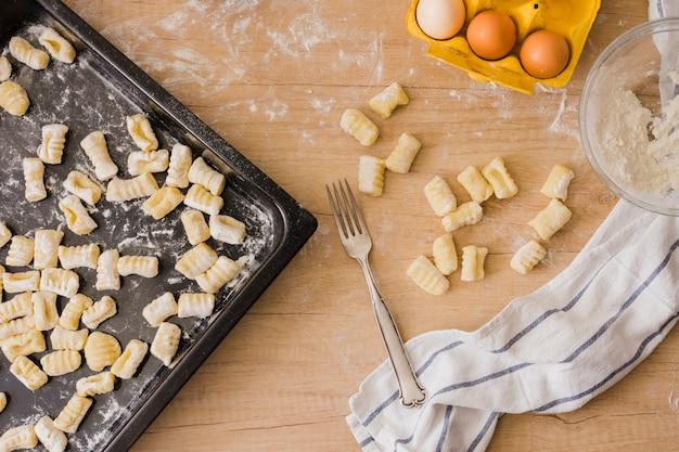 食材を使ったイタリアの自家製ジャガイモのニョッキを調理