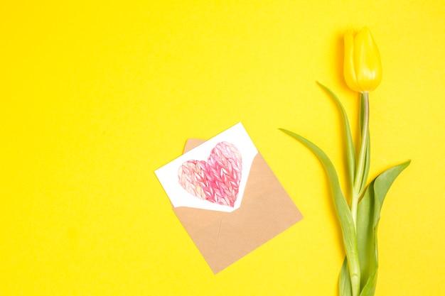 封筒で描く心とチューリップの花