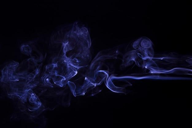黒の背景に紫の煙抽象の動き