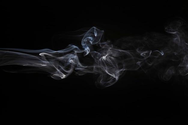 黒の背景に風化した煙