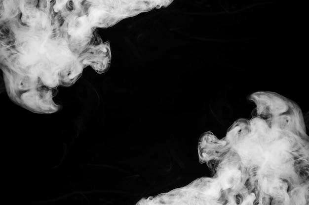 黒い背景の隅に煙のヒューム