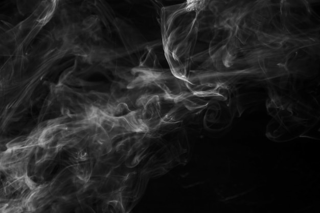 黒い背景に煙のオーバーレイの動き