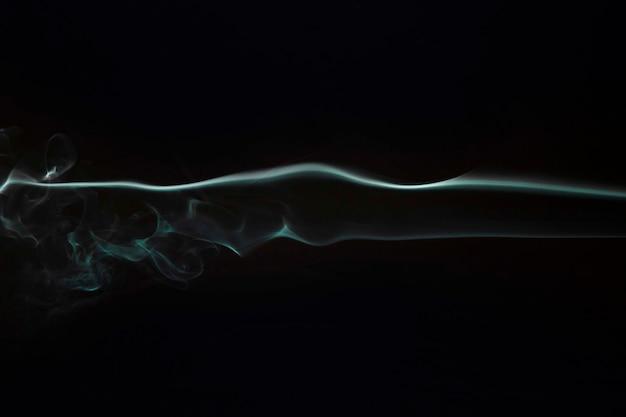 黒の背景に織り目加工の煙