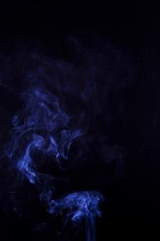 コピースペースと黒の背景に青い煙の質感
