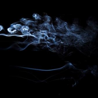 Белое движение дыма на черном фоне