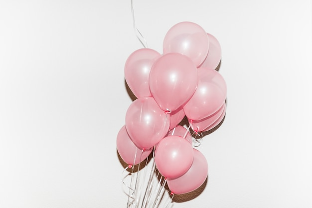 白い背景で隔離ピンクの風船の束