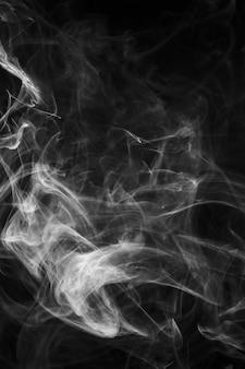 黒の背景に着色された煙の質感のある霧