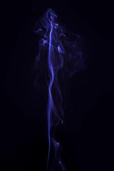 黒の背景に創造的な青い煙