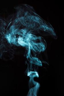 黒の背景に水色の煙