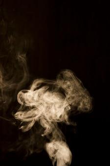 白い背景に黒い煙
