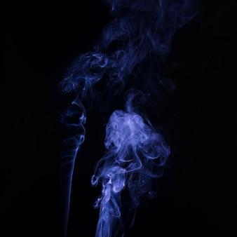Распространение мягкого фокуса фиолетового дыма на черном фоне