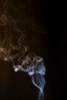 黒の背景に白の創造的な煙