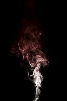 Движение белого восходящего дыма на черном фоне