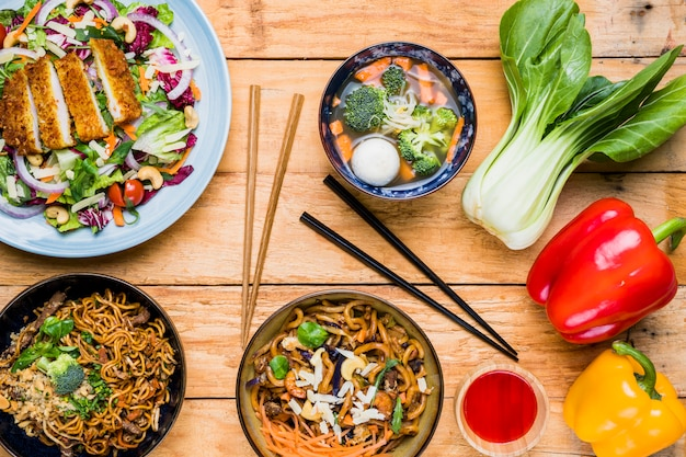 Бок чой; сладкий перец и тайская традиционная еда на столе на черном фоне