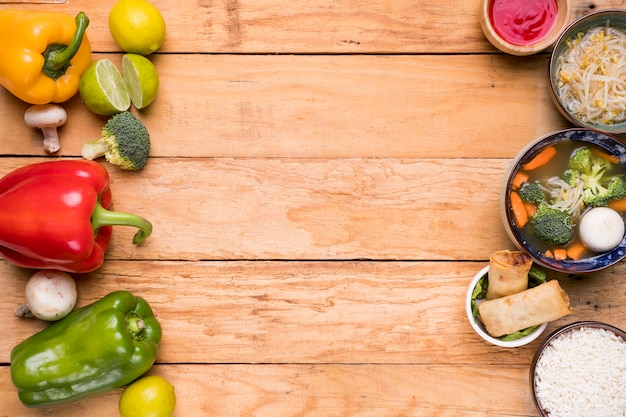 木製のテーブルの上のタイの伝統的な食べ物と生野菜