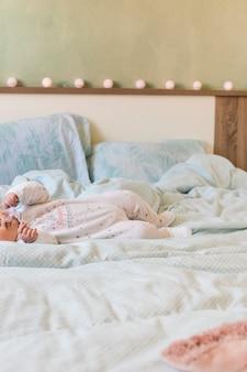 小さな赤ちゃんがベッドに横たわって