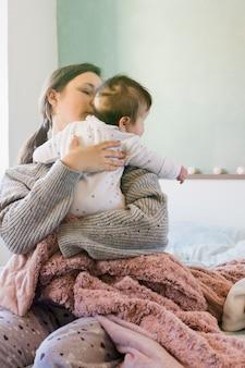かわいい赤ちゃんを抱いて母