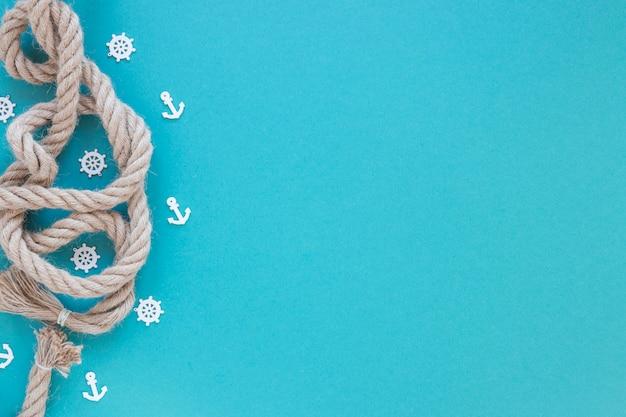 青いテーブルの上の航海ロープ