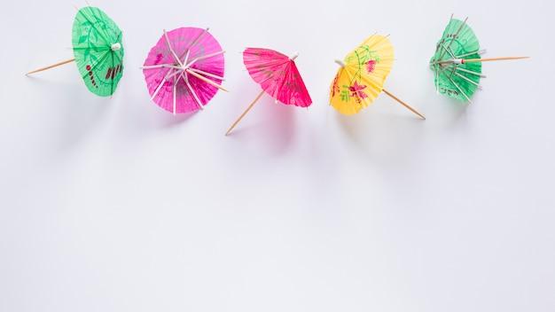 Яркие коктейльные зонтики на столе
