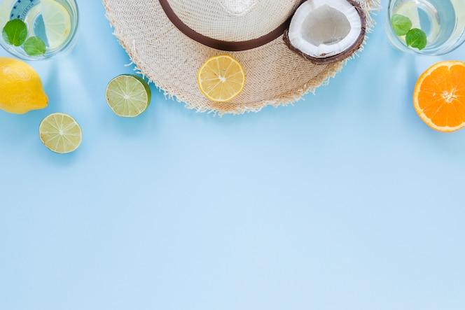 テーブルの上のエキゾチックなフルーツと麦わら帽子
