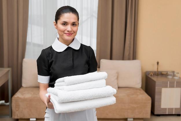 Горничная готовит номер в отеле