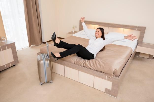 ホテルの部屋で女性