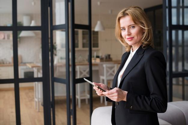 Блондинка деловая женщина с помощью планшета