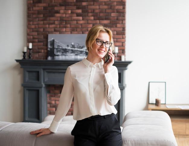 Счастливый деловая женщина разговаривает по телефону